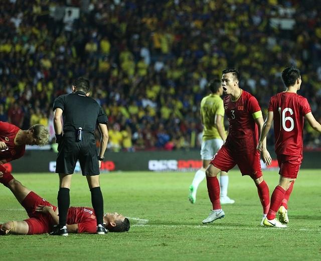 Anh Đức nằm sân vì kiệt sức sau khi ghi bàn vào lưới Thái Lan - 9