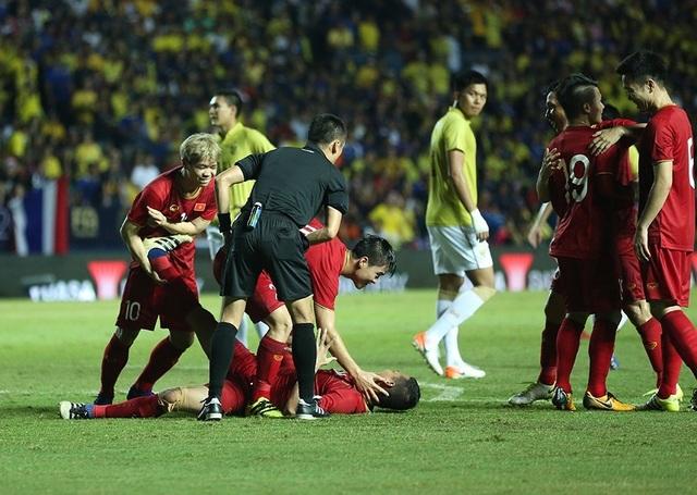Anh Đức nằm sân vì kiệt sức sau khi ghi bàn vào lưới Thái Lan - 2