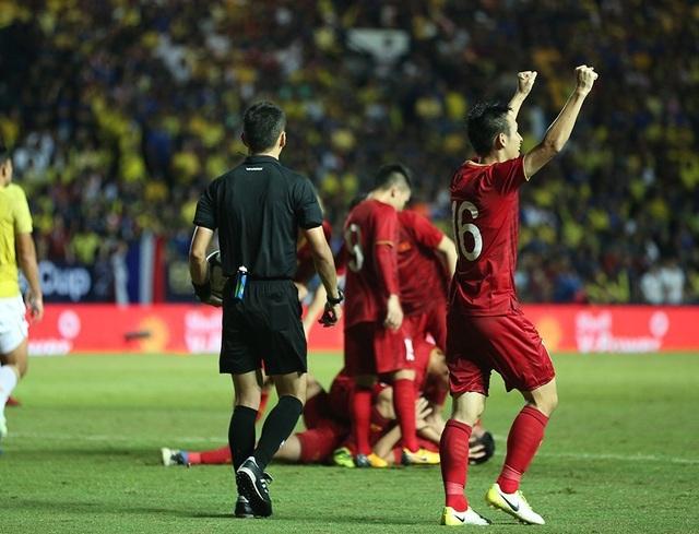 Anh Đức nằm sân vì kiệt sức sau khi ghi bàn vào lưới Thái Lan - 7