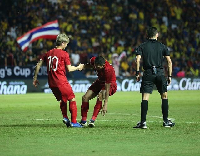 Anh Đức nằm sân vì kiệt sức sau khi ghi bàn vào lưới Thái Lan - 10