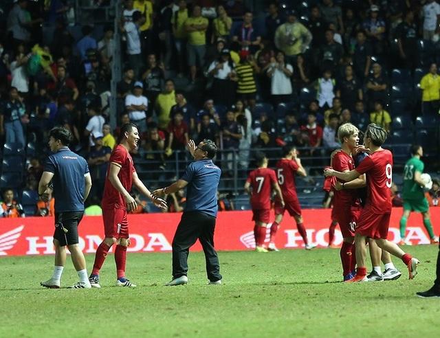 Anh Đức nằm sân vì kiệt sức sau khi ghi bàn vào lưới Thái Lan - 4