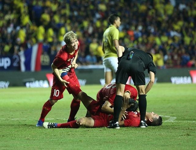 Anh Đức nằm sân vì kiệt sức sau khi ghi bàn vào lưới Thái Lan - 1
