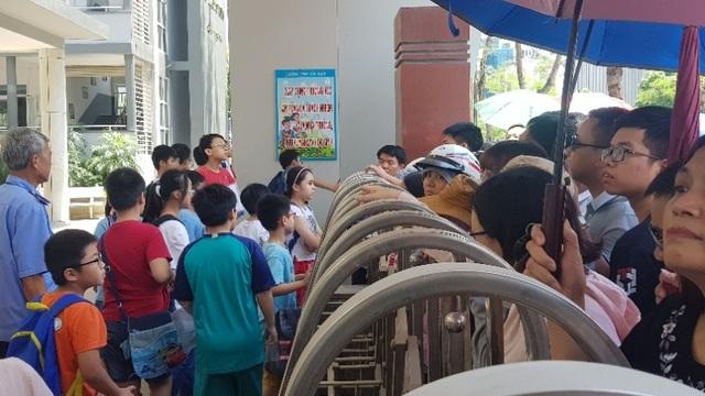 Thi đánh giá năng lực vào lớp 6 tại Hà Nội:Thí sinh mệt mỏi vì nắng nóng - 5