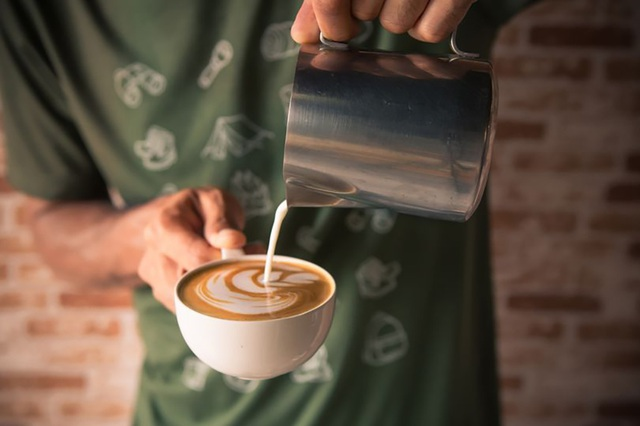 Uống 25 cốc cà phê mỗi ngày… vẫn an toàn cho sức khỏe tim mạch - 1