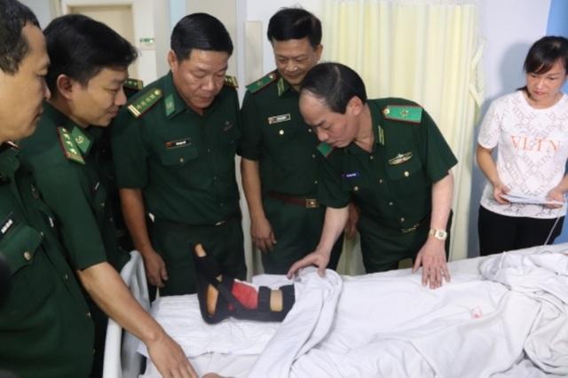 Thăng quân hàm cho 2 cán bộ biên phòng bị thương khi truy bắt tội phạm - 3