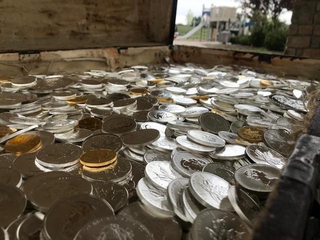 Cả gia đình hợp sức tìm được kho báu đầy vàng, bạc hàng tỷ đồng - 2