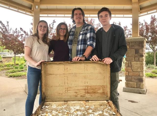 Cả gia đình hợp sức tìm được kho báu đầy vàng, bạc hàng tỷ đồng - 1