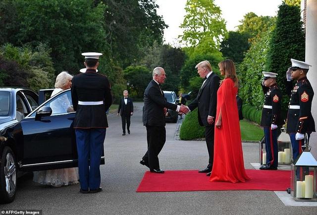 Bà Trump mặc váy hơn 7.000 USD dự tiệc ở Anh - 2