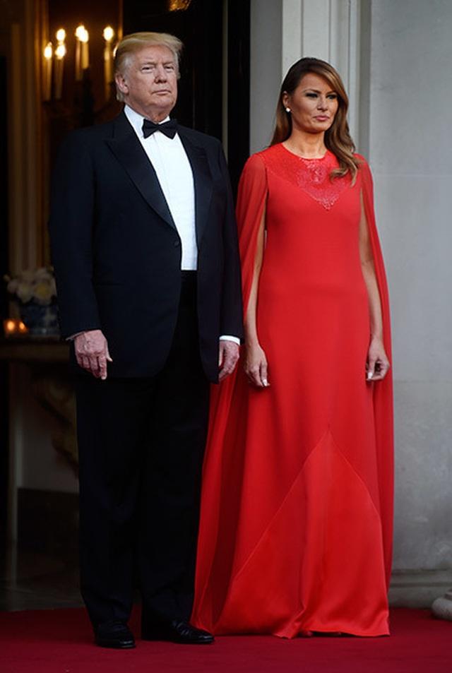 Bà Trump mặc váy hơn 7.000 USD dự tiệc ở Anh - 1