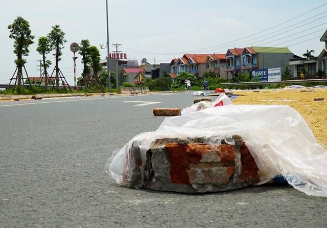 Cảnh phơi thóc chiếm phần lớn lòng đường ở Hà Nội - 5