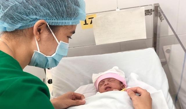 Bé gái sinh non bị mẹ bỏ rơi ở bệnh viện - 2