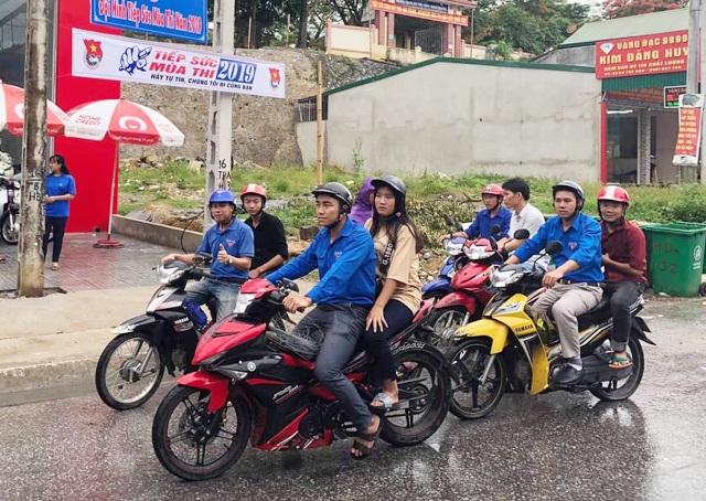 Đội xe ôm tình nguyện hỗ trợ học trò vùng cao đi thi - 1
