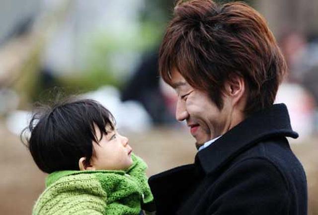 Nhật Bản khuyến khích nam giới nghỉ chăm con - 1