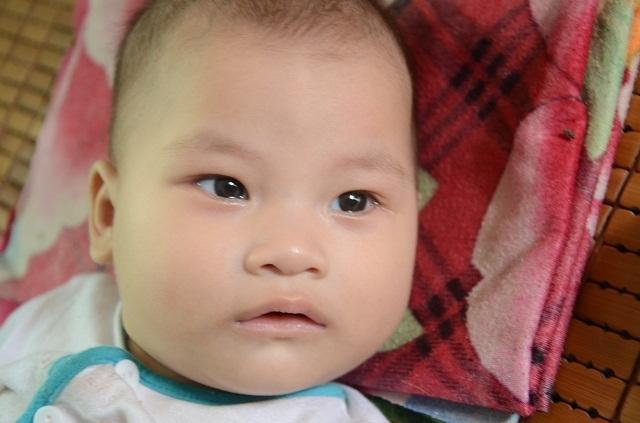 Xót thương bé 6 tháng tuổi khát sữa dưới bầu sữa mẹ ương dở thất thường - 1