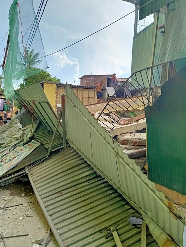 Ngôi nhà đang sửa bất ngờ đổ sập, nghi có người bị vùi lấp - 2