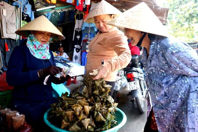Hội An: Nhộn nhịp chợ tết Đoan Ngọ - 2