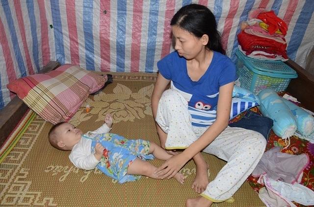 Xót thương bé 6 tháng tuổi khát sữa dưới bầu sữa mẹ ương dở thất thường - 11