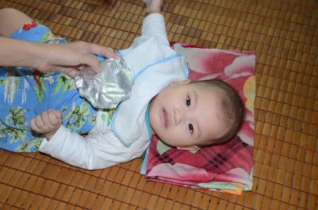 Xót thương bé 6 tháng tuổi khát sữa dưới bầu sữa mẹ ương dở thất thường - 12