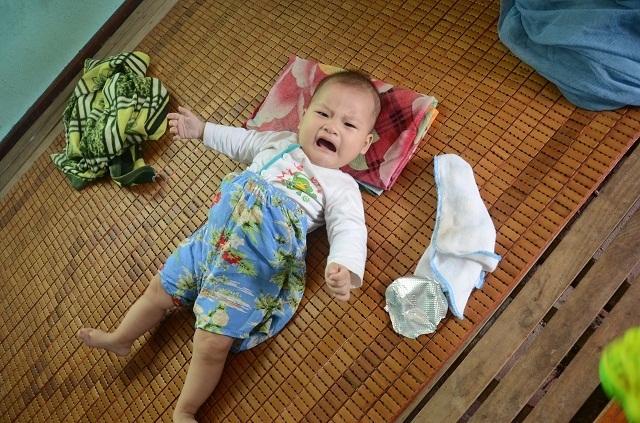 Xót thương bé 6 tháng tuổi khát sữa dưới bầu sữa mẹ ương dở thất thường - 13