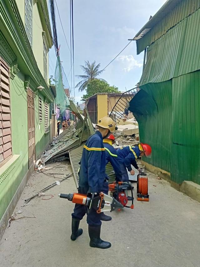 Ngôi nhà đang sửa bất ngờ đổ sập, nghi có người bị vùi lấp - 7