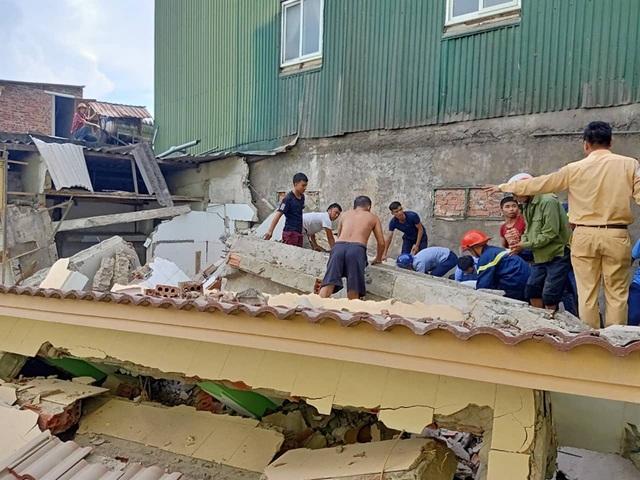 Ngôi nhà đang sửa bất ngờ đổ sập, nghi có người bị vùi lấp - 5