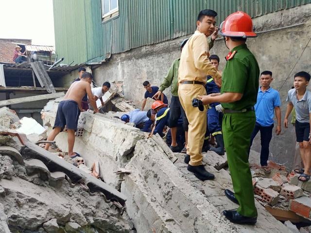 Ngôi nhà đang sửa bất ngờ đổ sập, nghi có người bị vùi lấp - 3