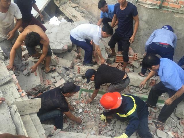 Ngôi nhà đang sửa bất ngờ đổ sập, nghi có người bị vùi lấp - 6