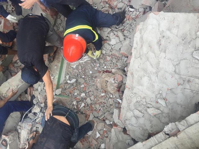 Ngôi nhà đang sửa bất ngờ đổ sập, nghi có người bị vùi lấp - 4