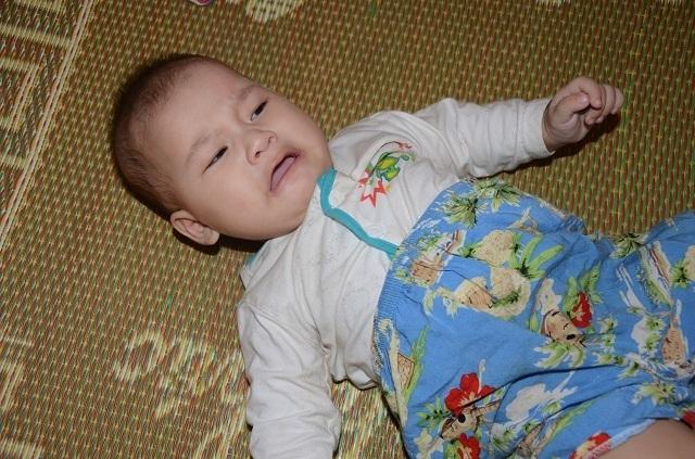 Xót thương bé 6 tháng tuổi khát sữa dưới bầu sữa mẹ ương dở thất thường - 14