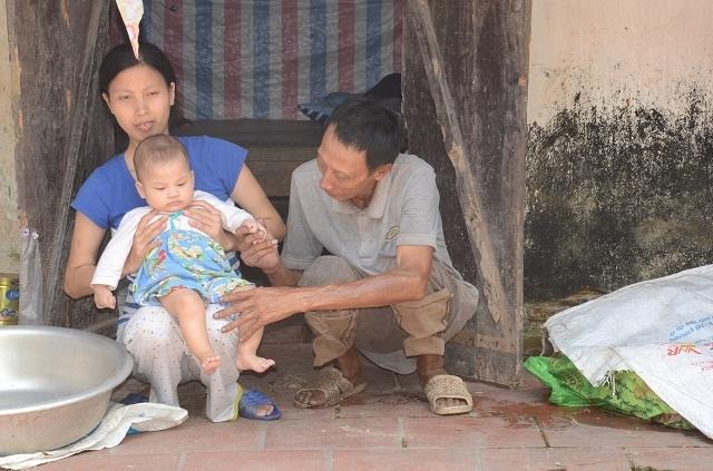 Xót thương bé 6 tháng tuổi khát sữa dưới bầu sữa mẹ ương dở thất thường - 16