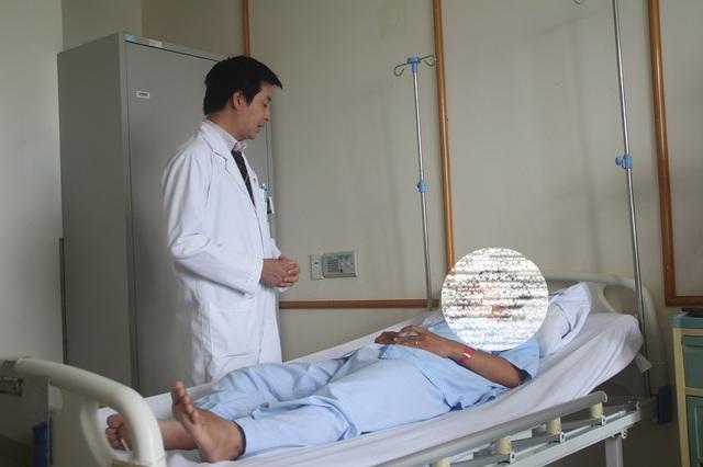 Mổ lấy chiếc xương cá dài 2cm mắc ở ống hậu môn nam bệnh nhân - 1