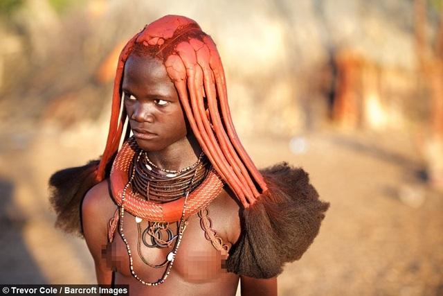 Bộ tộc kỳ lạ nơi phụ nữ để ngực trần, cả đời không tắm bằng nước - 1
