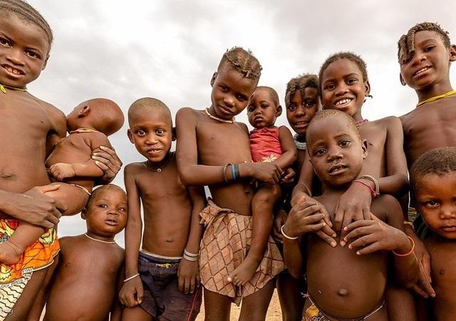 Bộ tộc kỳ lạ nơi phụ nữ để ngực trần, cả đời không tắm bằng nước - 2