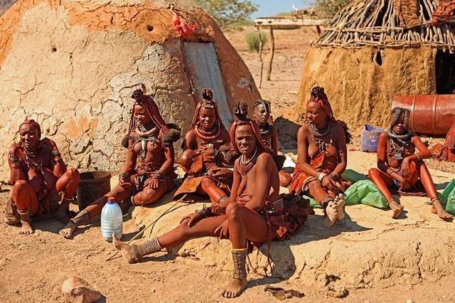 Bộ tộc kỳ lạ nơi phụ nữ để ngực trần, cả đời không tắm bằng nước - 3