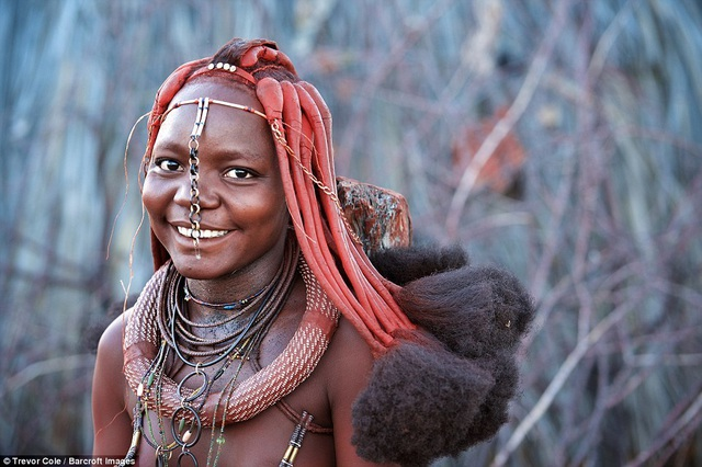 Bộ tộc kỳ lạ nơi phụ nữ để ngực trần, cả đời không tắm bằng nước - 7