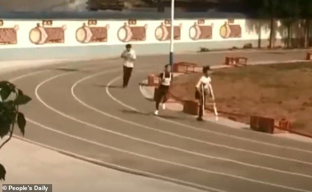 Nghị lực nam sinh khuyết tật quyết tâm hoàn thành bài thi chạy 1.000m - 1