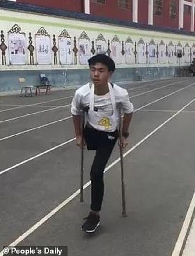Nghị lực nam sinh khuyết tật quyết tâm hoàn thành bài thi chạy 1.000m - 2