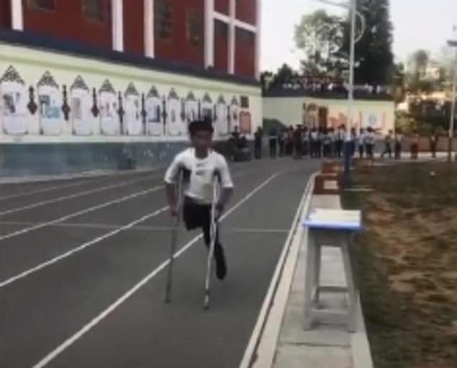 Nghị lực nam sinh khuyết tật quyết tâm hoàn thành bài thi chạy 1.000m - 3