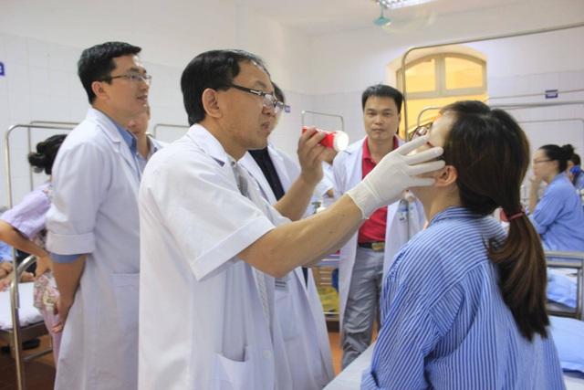 Nam thanh niên Hà Nội choáng váng tưởng răng khôn, hóa khối nang đến  5cm trong miệng - 2