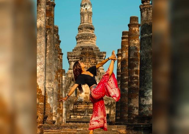 Nữ du khách xoạc chân, tạo dáng phản cảm ở đền thiêng - 2