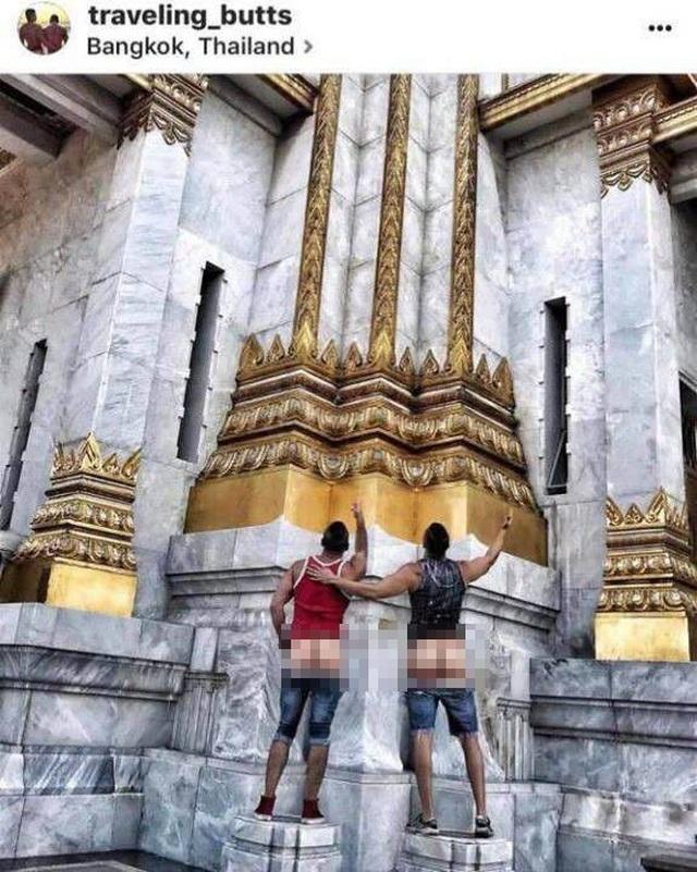 Nữ du khách xoạc chân, tạo dáng phản cảm ở đền thiêng - 4
