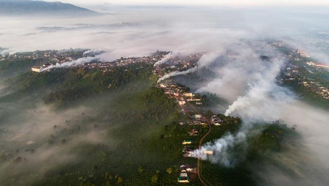 Thắt lòng xem cảnh đẹp, con người Việt Nam mờ ảo trong khói bụi - 3