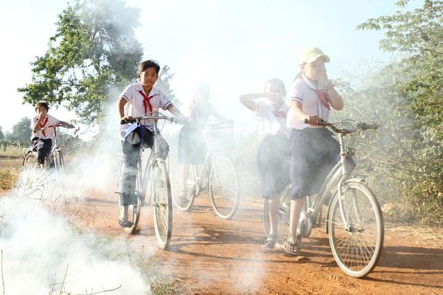 Thắt lòng xem cảnh đẹp, con người Việt Nam mờ ảo trong khói bụi - 15