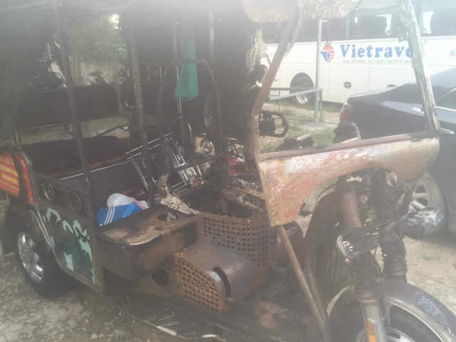 Truy tìm ôtô tông xe ba bánh bốc cháy rồi bỏ trốn khi chủ xe bỏng nặng  - 1