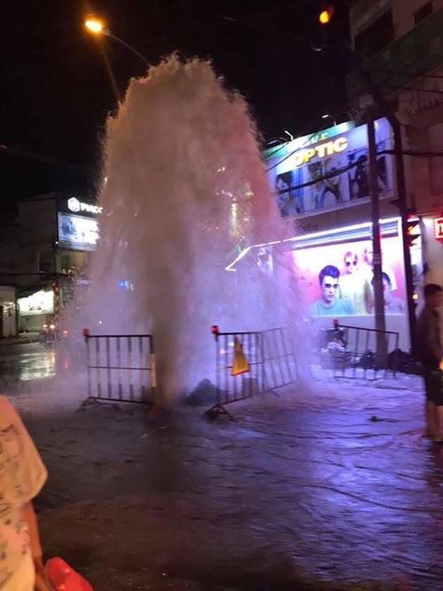 """""""Vòi rồng"""" phun cột nước cao gần 10m trên phố Sài Gòn - 1"""