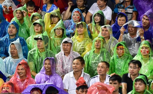 Cổ động viên đội mưa cổ vũ U23 Việt Nam trong trận thắng U23 Myanmar - 4