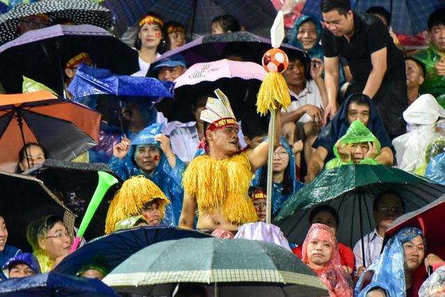Cổ động viên đội mưa cổ vũ U23 Việt Nam trong trận thắng U23 Myanmar - 10