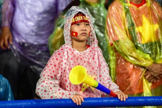 Cổ động viên đội mưa cổ vũ U23 Việt Nam trong trận thắng U23 Myanmar - 11
