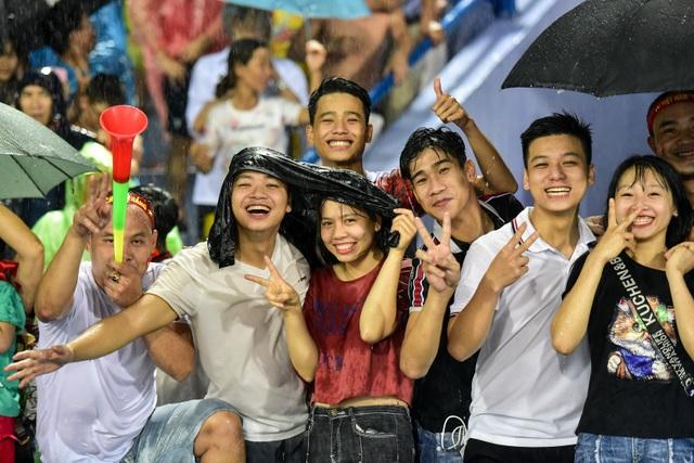 Cổ động viên đội mưa cổ vũ U23 Việt Nam trong trận thắng U23 Myanmar - 12