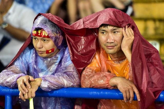 Cổ động viên đội mưa cổ vũ U23 Việt Nam trong trận thắng U23 Myanmar - 5